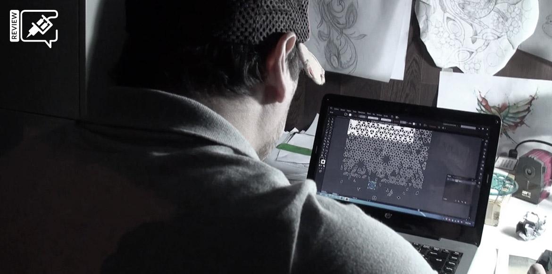El tatuador Jeanmarco Cicolini preparando el diseño del tatuaje